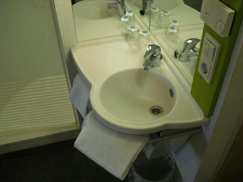 Ibis Budget Dusche Im Zimmer : Waschbecken im Raum, links die Dusche Bilder Zimmer ibis budget Hotel