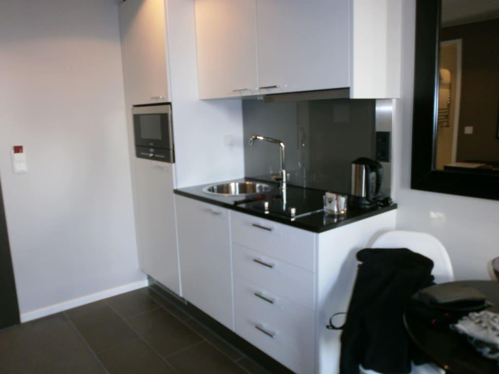 bild kleine k chenzeile zu adina apartment hotel berlin hauptbahnhof in berlin mitte. Black Bedroom Furniture Sets. Home Design Ideas