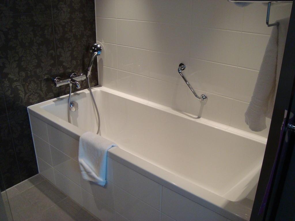 bild gro e tiefe badewanne zu westcord fashion hotel amsterdam in amsterdam. Black Bedroom Furniture Sets. Home Design Ideas
