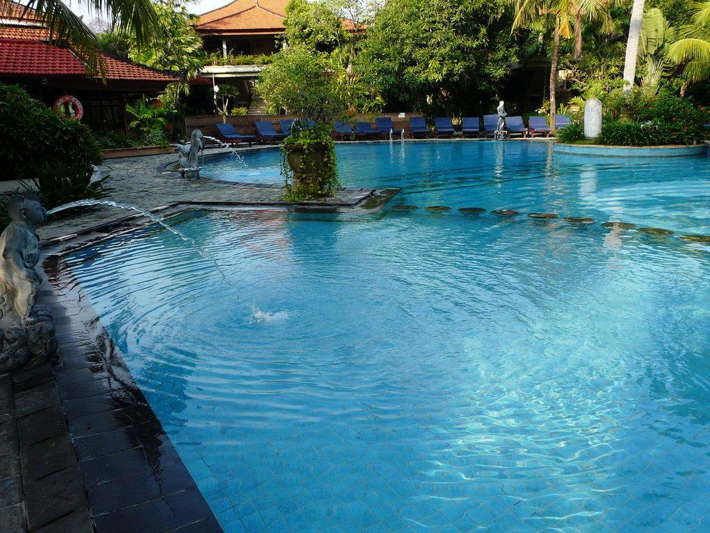 Bild sch ner pool in garten und anlage integriert zu for Garten pool chlortabletten