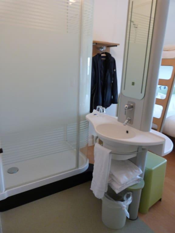 """Ibis Budget Dusche Im Zimmer : Bild """"Bad-Dusche"""" zu ibis budget Hotel K?ln Messe in K?ln"""
