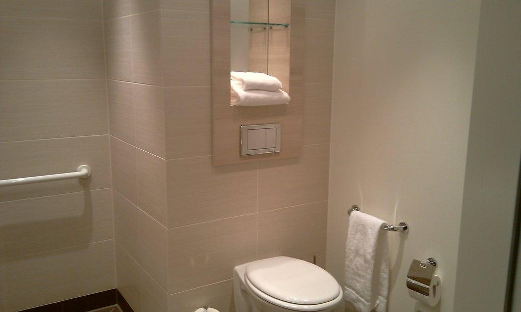 bild badezimmer zu h2 hotel berlin alexanderplatz in berlin mitte. Black Bedroom Furniture Sets. Home Design Ideas