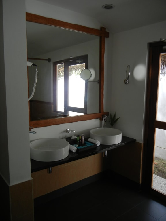 bild waschtisch mit zwei waschbecken zu hotel kuramathi island. Black Bedroom Furniture Sets. Home Design Ideas