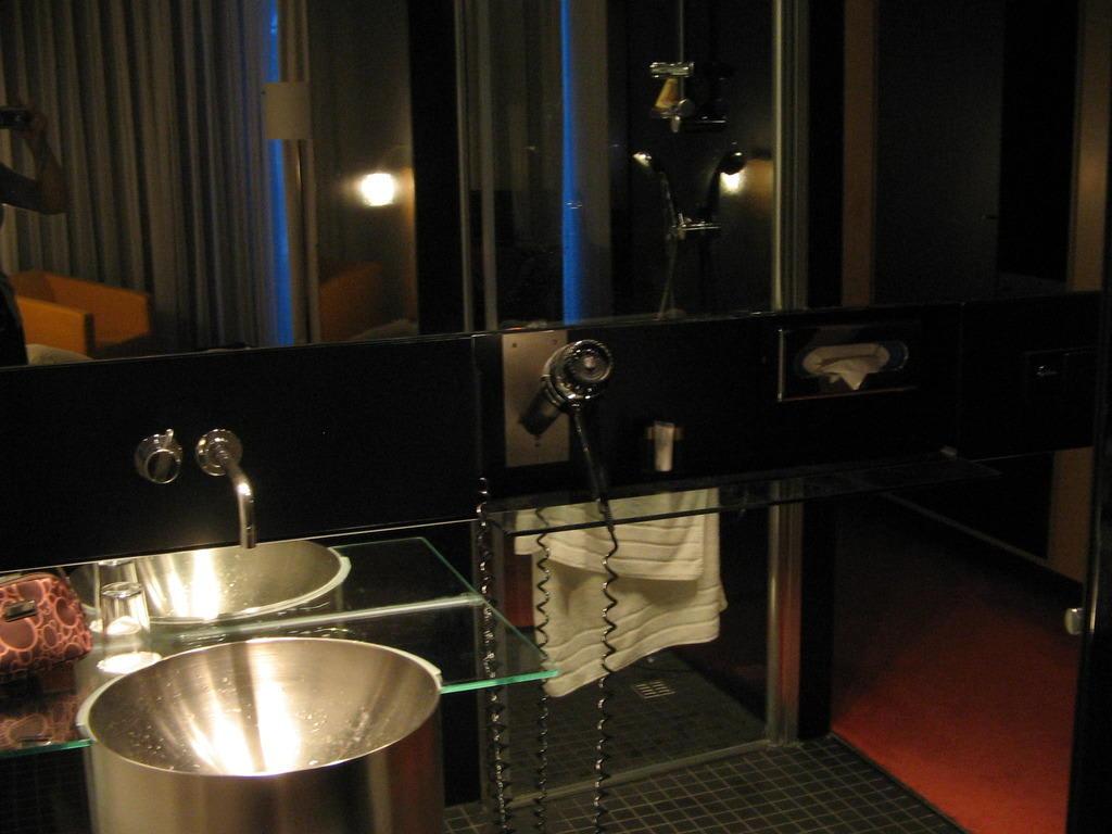bild badezimmer zu hotel innside d sseldorf seestern in. Black Bedroom Furniture Sets. Home Design Ideas