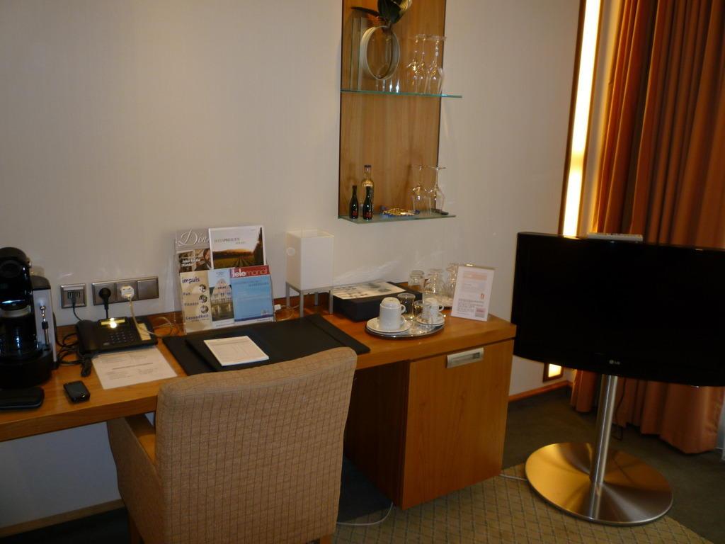 bild schreibtisch im wohnzimmer suite 160 zu kasino hotel in leverkusen. Black Bedroom Furniture Sets. Home Design Ideas