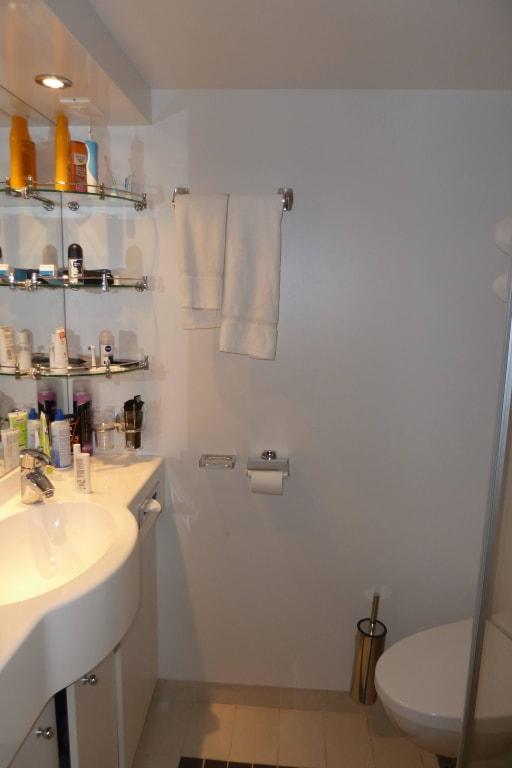 bild badezimmer zu msc divina in. Black Bedroom Furniture Sets. Home Design Ideas