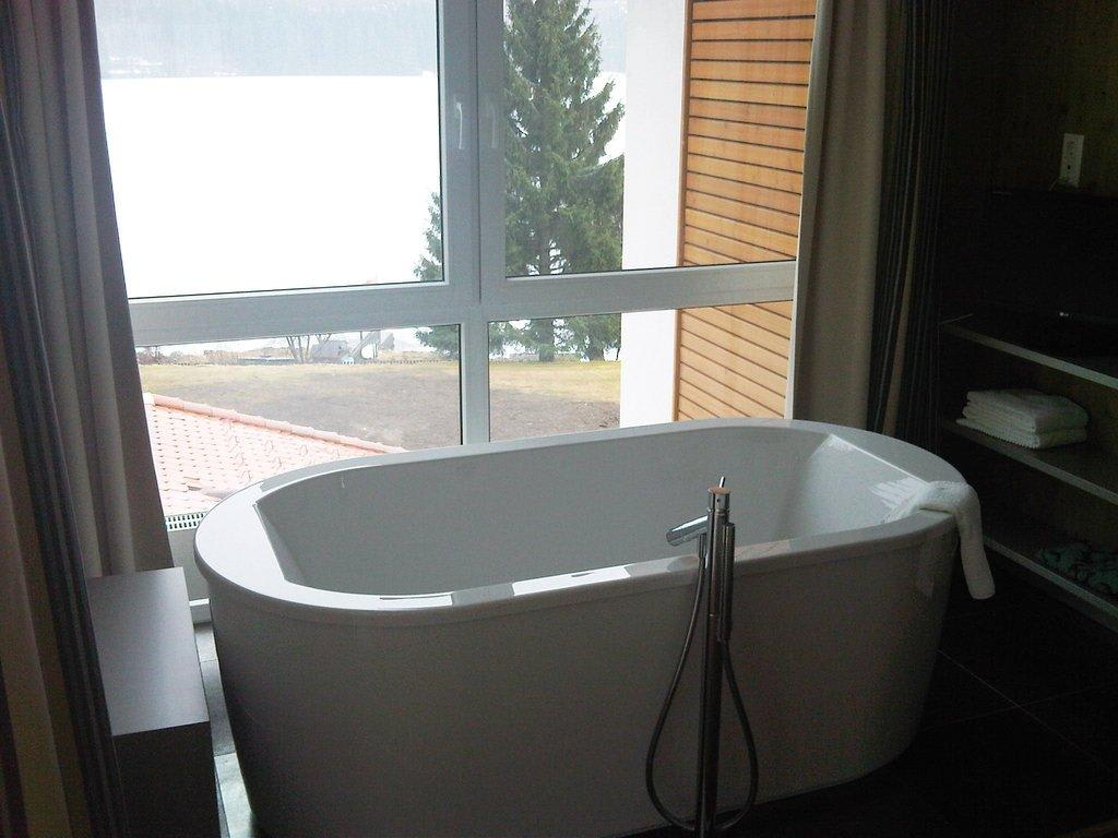 bild zimmer mit freistehende badewanne zu seehotel wiesler in titisee neustadt. Black Bedroom Furniture Sets. Home Design Ideas