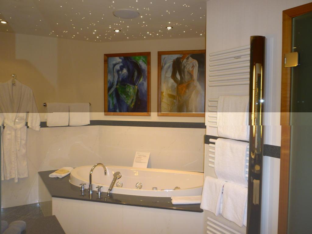 badezimmer mit whirlpool images. Black Bedroom Furniture Sets. Home Design Ideas