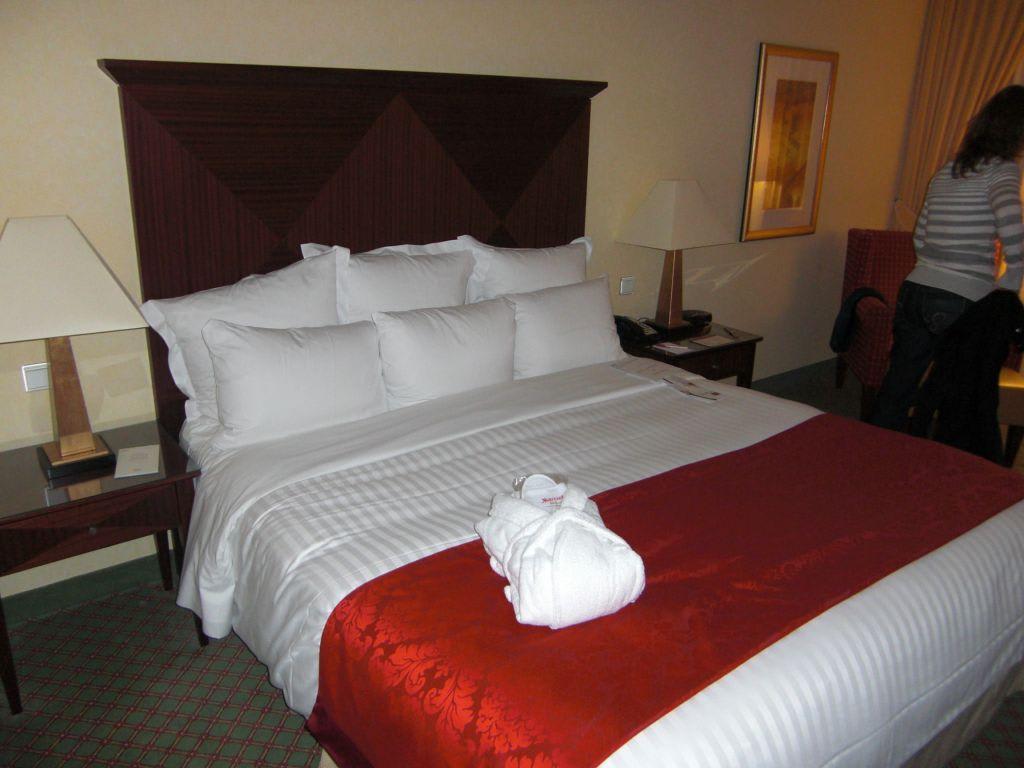 bild geiles bett zu berlin marriott hotel in berlin mitte. Black Bedroom Furniture Sets. Home Design Ideas