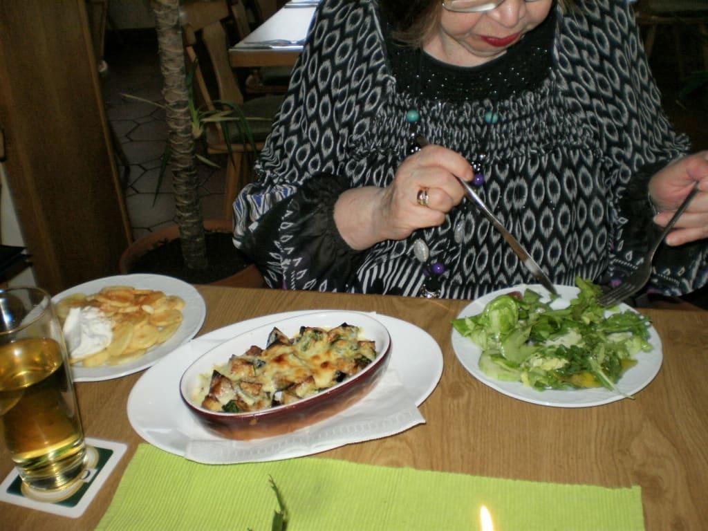 bild auberginen zucchini auflauf knoblauch kartoffeln salat zu restaurant korfu in sommerhausen. Black Bedroom Furniture Sets. Home Design Ideas