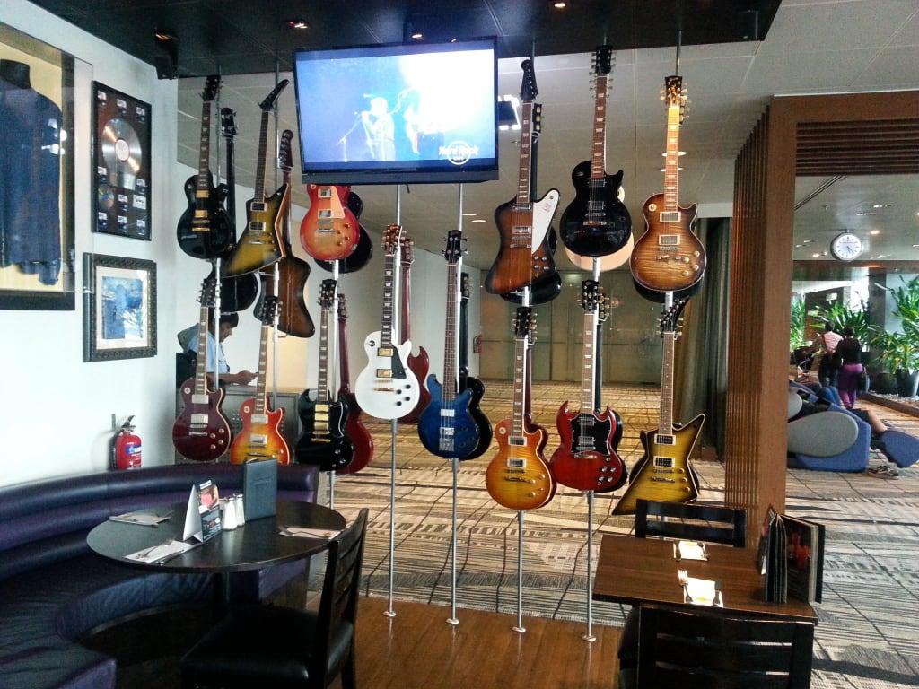 bild gitarren als deko zu hard rock caf singapur. Black Bedroom Furniture Sets. Home Design Ideas
