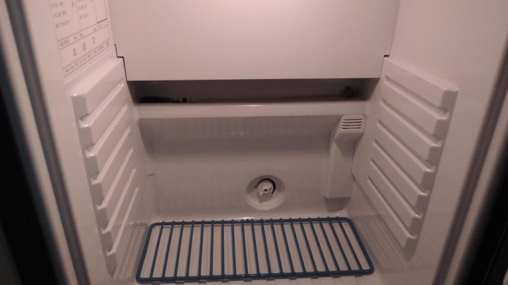 bild schimmel im k hlschrank zu schlosshotel iglhauser in mattsee. Black Bedroom Furniture Sets. Home Design Ideas