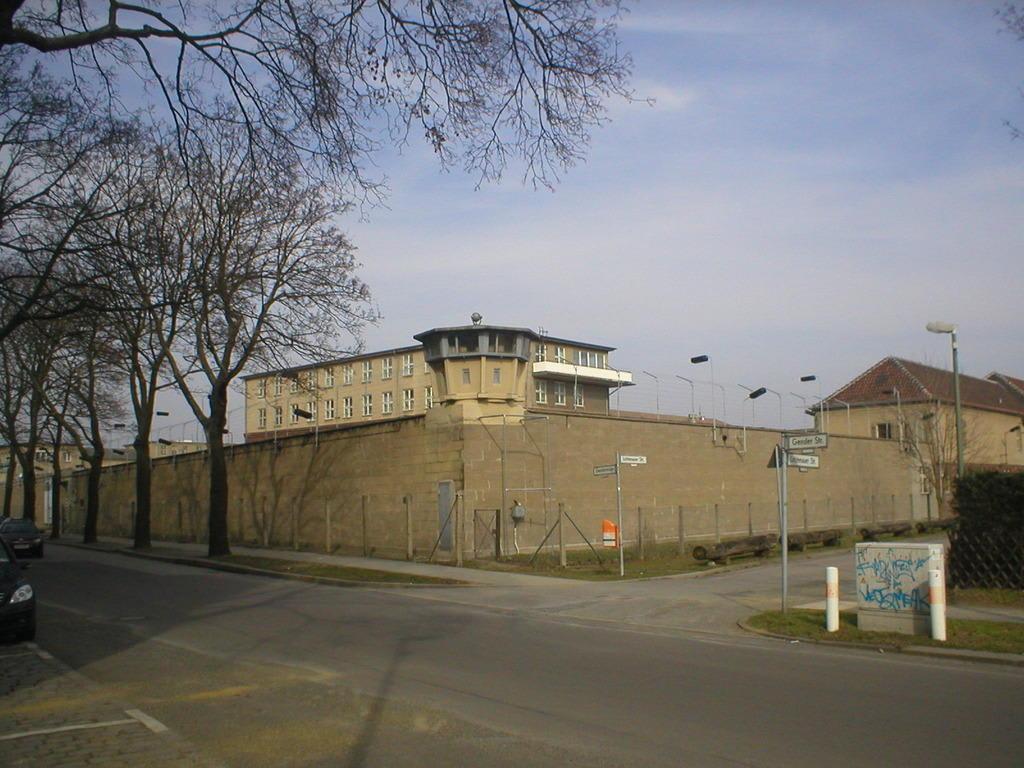 bild gef ngnismauer zu gedenkst tte hohensch nhausen in berlin lichtenberg. Black Bedroom Furniture Sets. Home Design Ideas