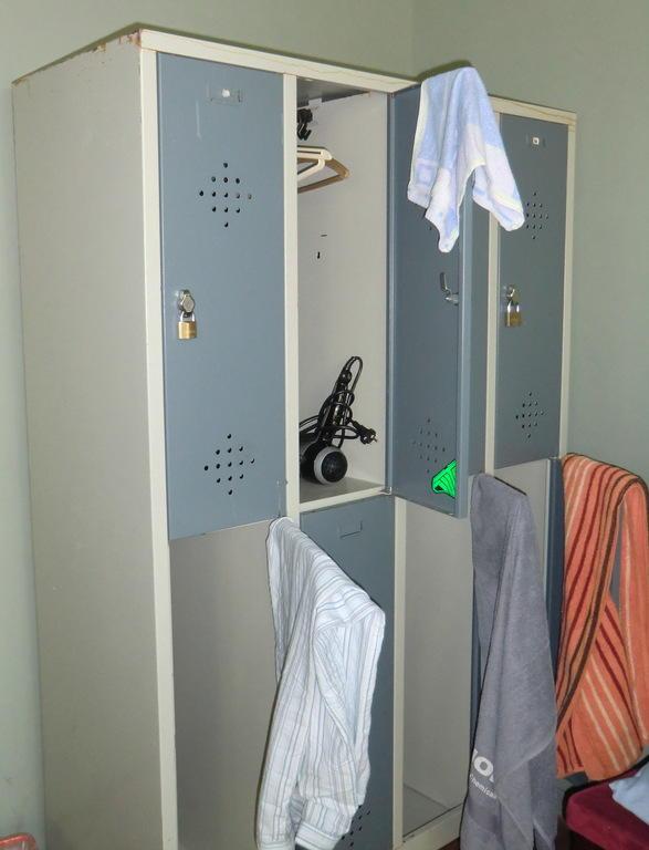 bild schrank zu 36 rooms hostel in berlin friedrichshain kreuzberg. Black Bedroom Furniture Sets. Home Design Ideas