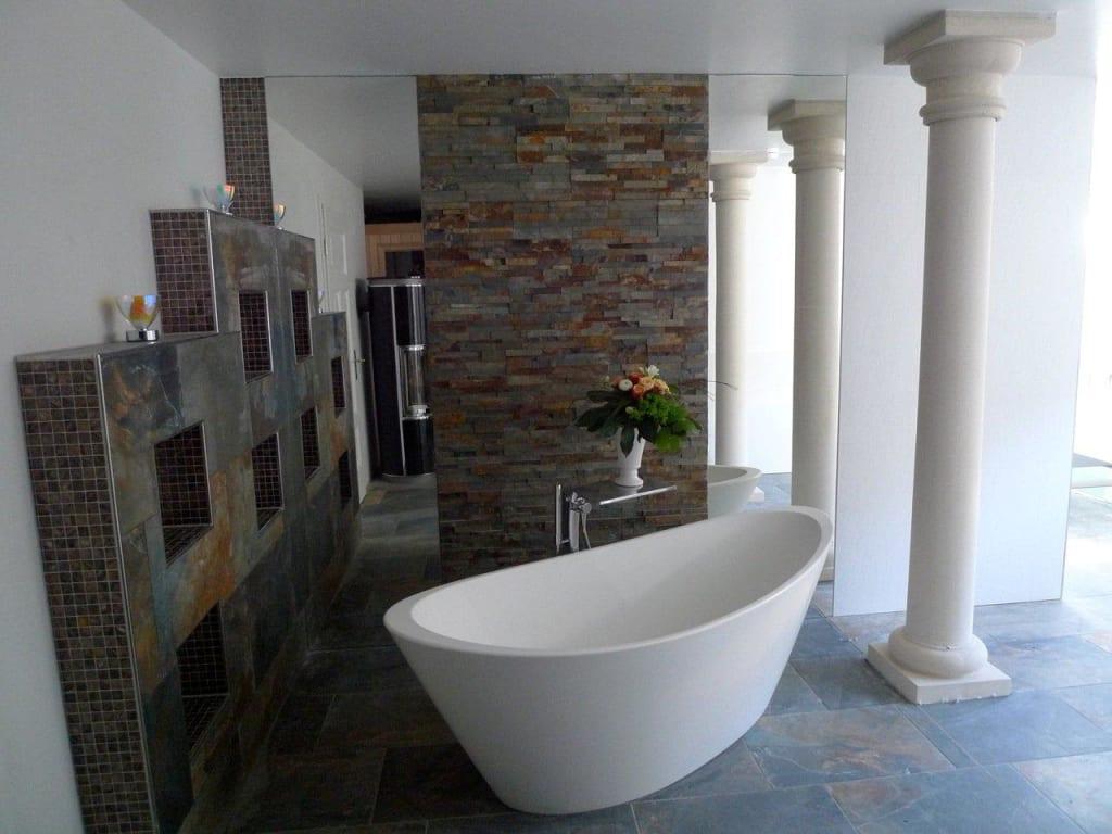 bild badewanne im gemeinschaftlichen wellnessbereich zu. Black Bedroom Furniture Sets. Home Design Ideas