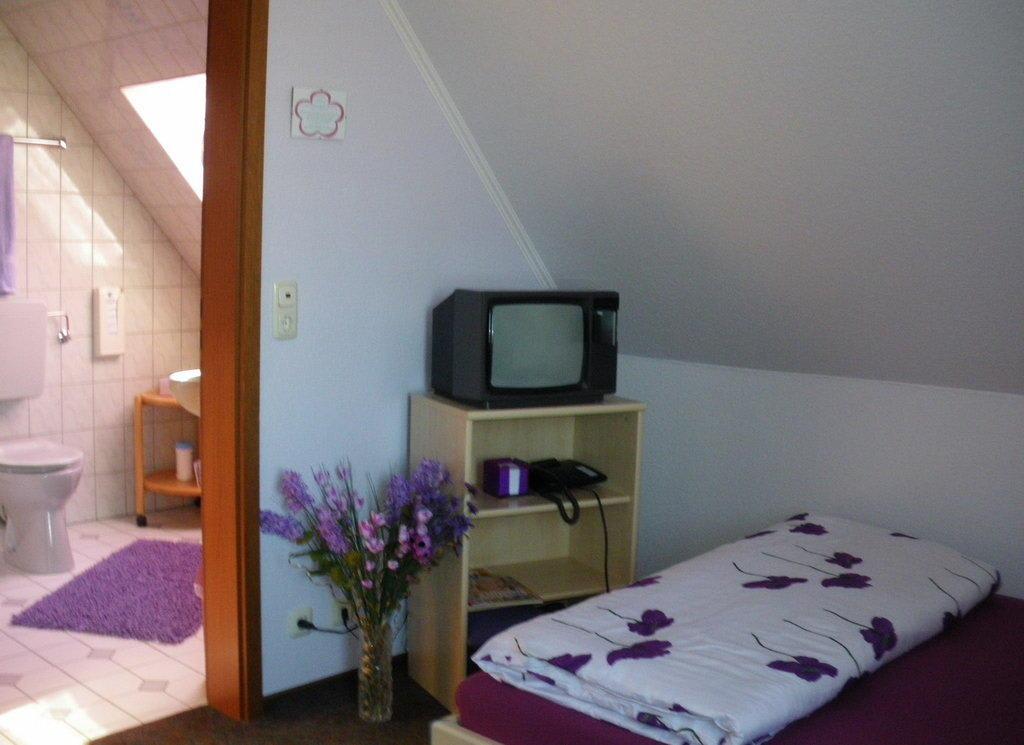 bild lila zimmer zu pension blumen villa in schneverdingen. Black Bedroom Furniture Sets. Home Design Ideas