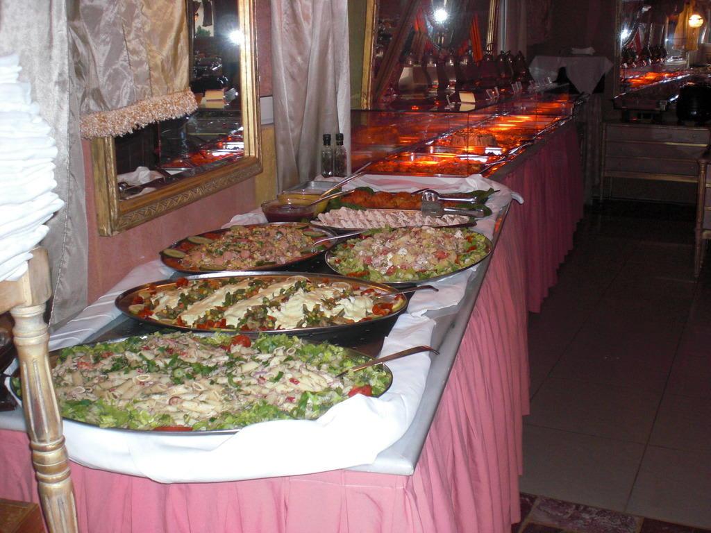 bild kaltes und warmes buffet zum abendessen zu hotel orpheas resort in georgioupolis. Black Bedroom Furniture Sets. Home Design Ideas