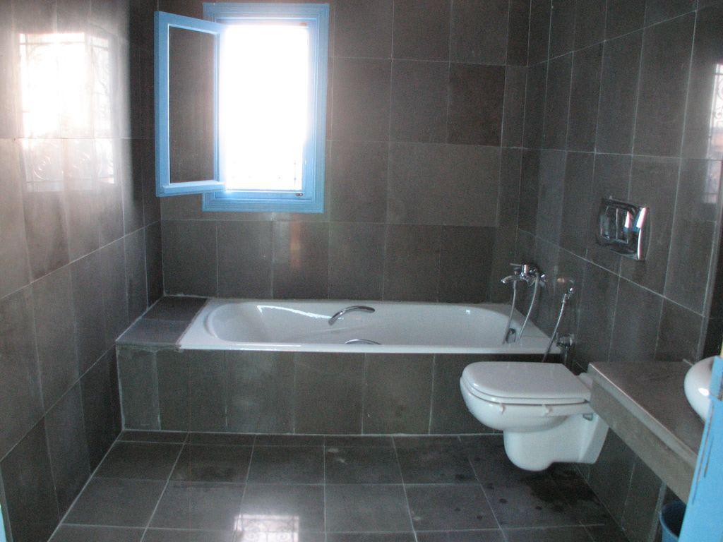 bild modernes bad zu villa merian in mellita. Black Bedroom Furniture Sets. Home Design Ideas