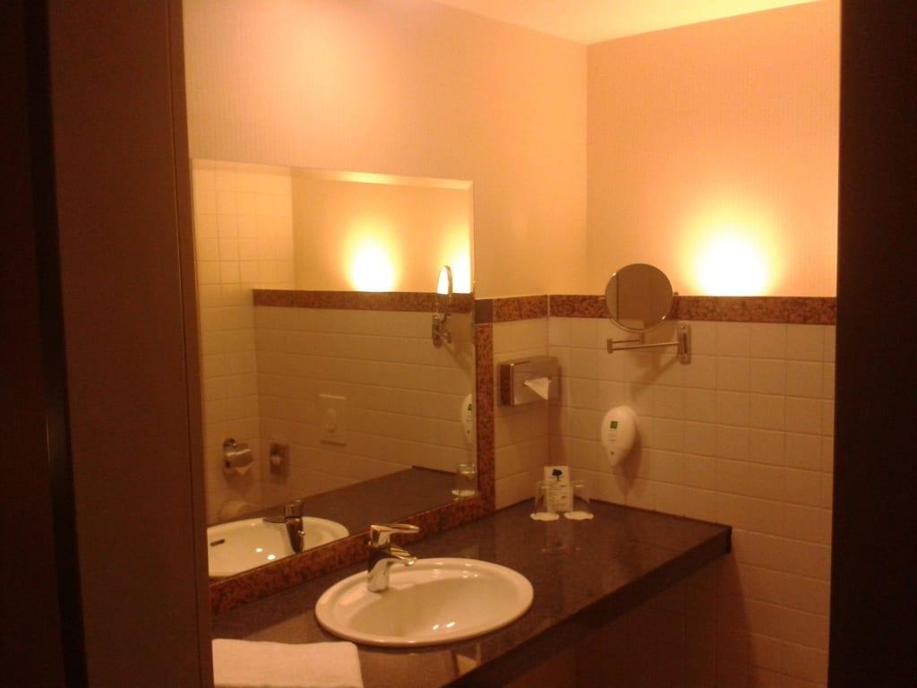 bild badezimmer gro und modern zu azimut hotel. Black Bedroom Furniture Sets. Home Design Ideas