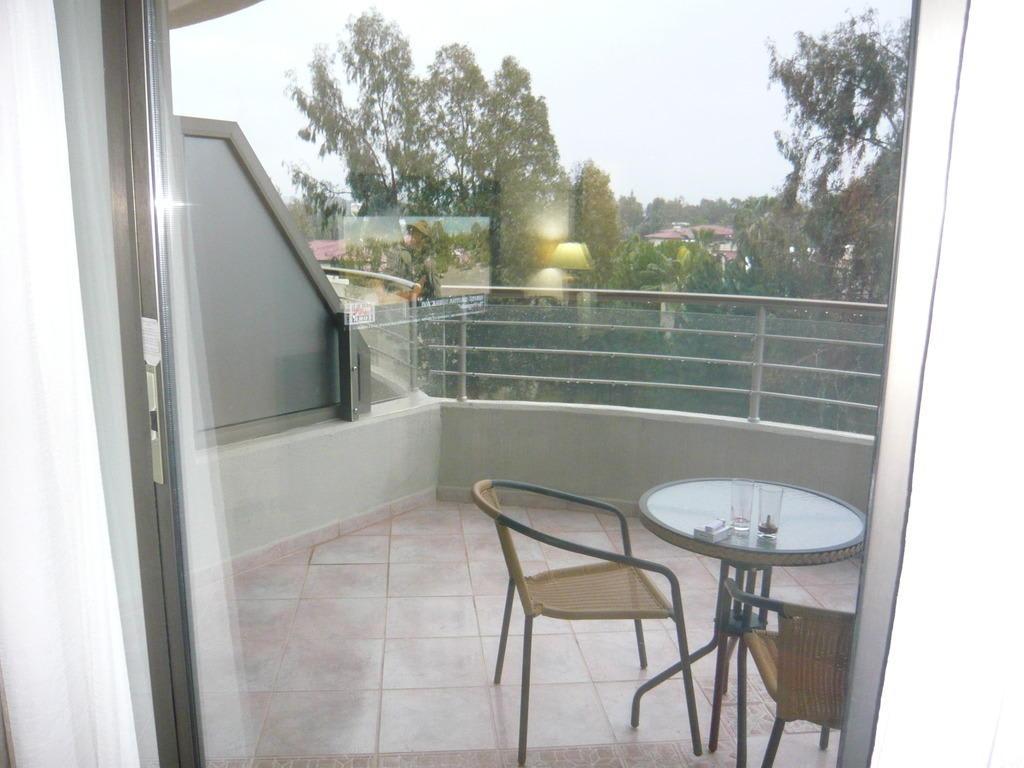 berdachter balkon bilder zimmer hotel crystal sunrise. Black Bedroom Furniture Sets. Home Design Ideas