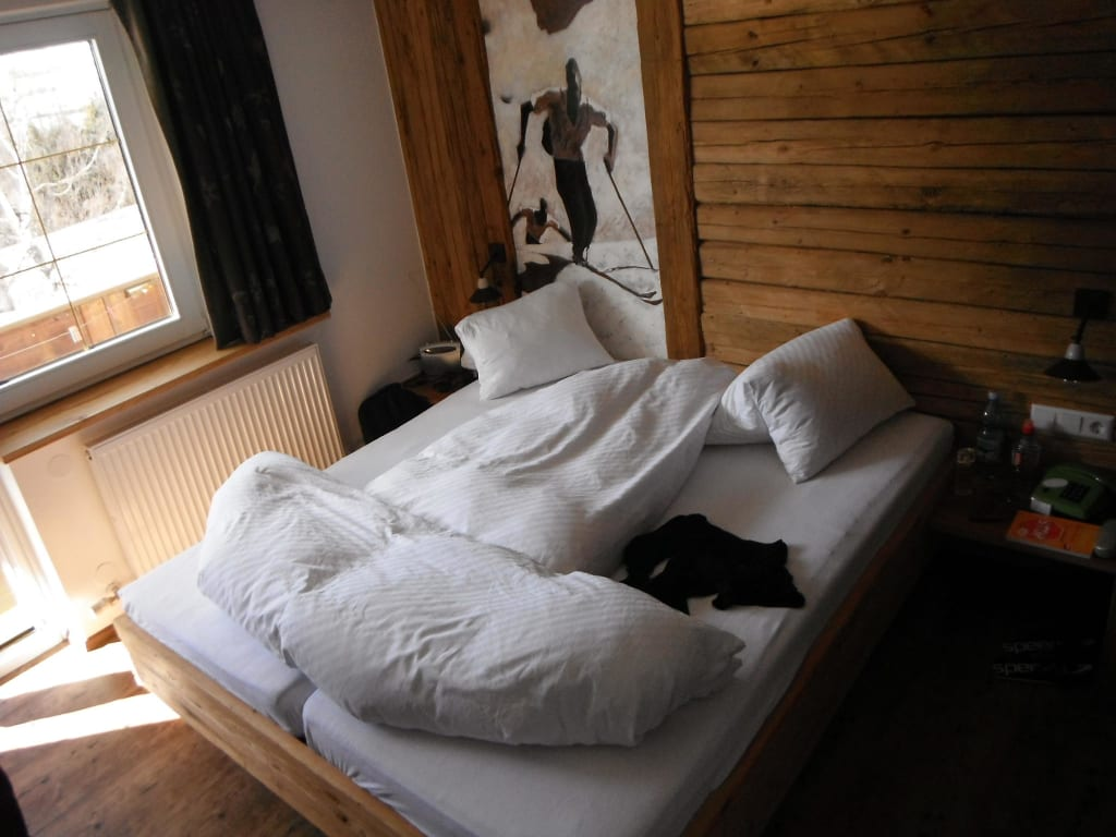 bild dekoratives bettenmachen segelschiff zu ferienhaus alpina in kals. Black Bedroom Furniture Sets. Home Design Ideas