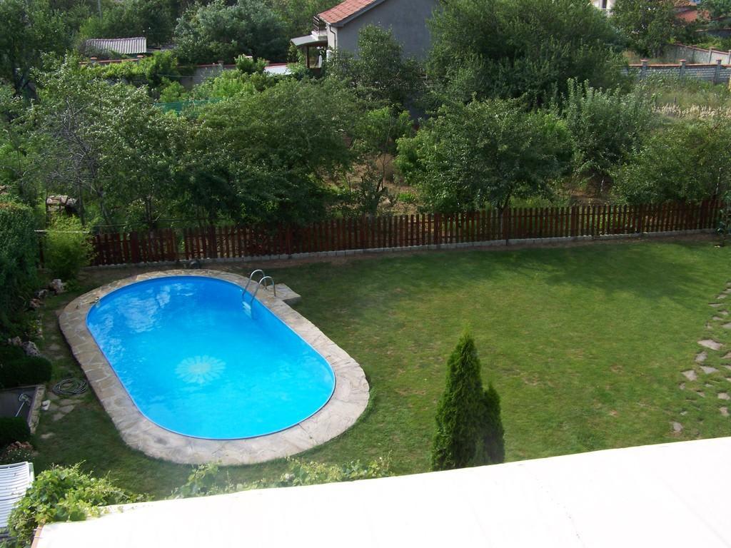Bild der garten mit pool zu hotel residenzia margarita for Schwimmbecken im garten