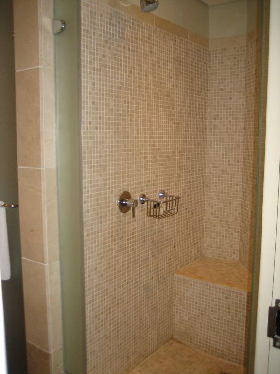 Bild dusche aus glas und granit zu hotel lagoon beach in for Granit dusche