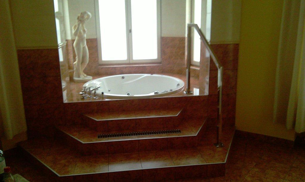 """Hotel Wien Dusche Im Zimmer : Bild """"Whirlpool direkt im Zimmer"""" zu Hotel Urania in Wien"""