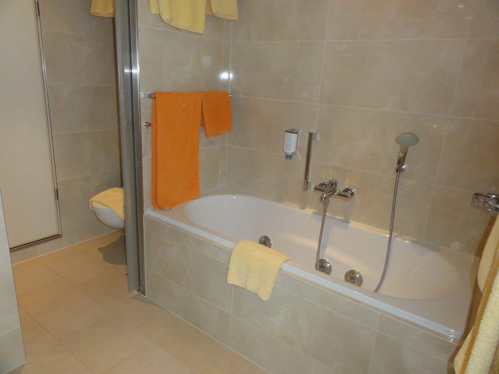 Bild jacuzzi badewanne 12 39 103 zu aidamar in for Spritzschutz fa r badewanne
