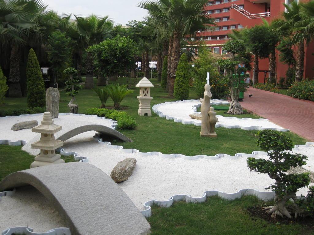 bild japanischer garten zu hotel delphin palace in lara. Black Bedroom Furniture Sets. Home Design Ideas