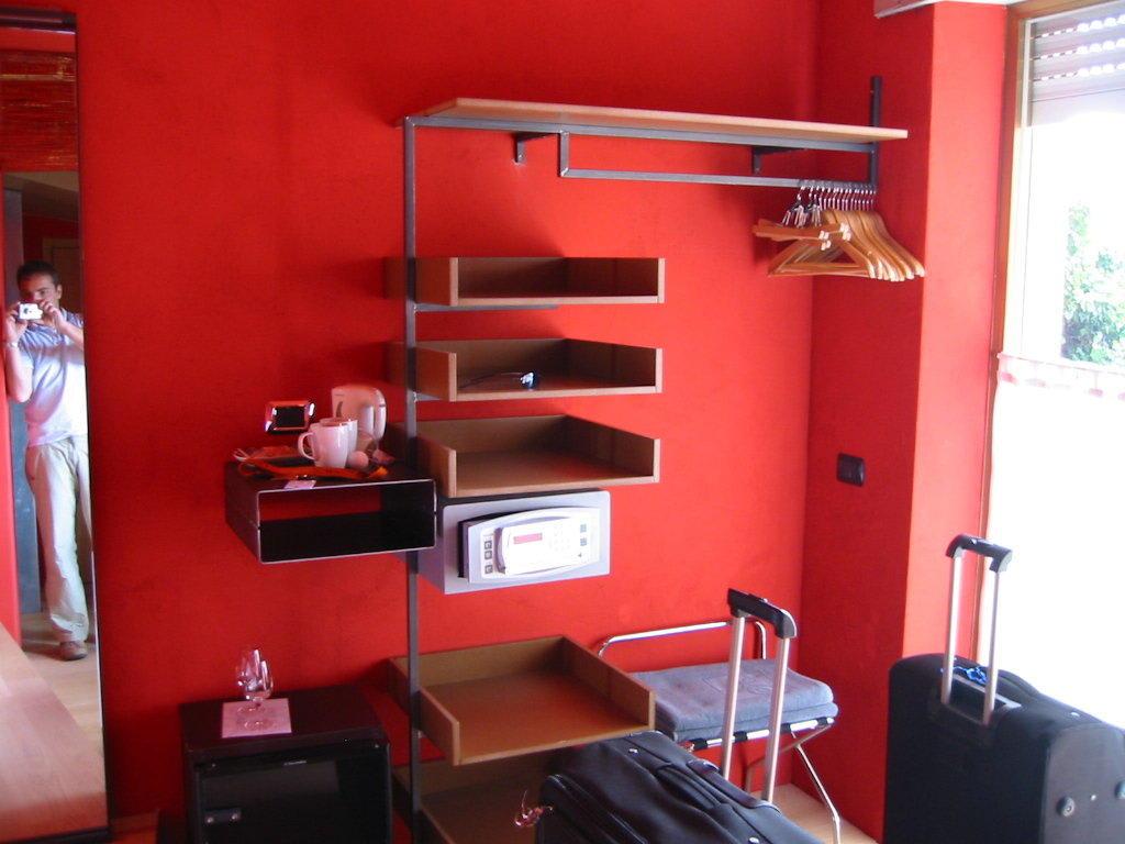 bild offener kleiderschrank zu ambienthotel primaluna in malcesine. Black Bedroom Furniture Sets. Home Design Ideas