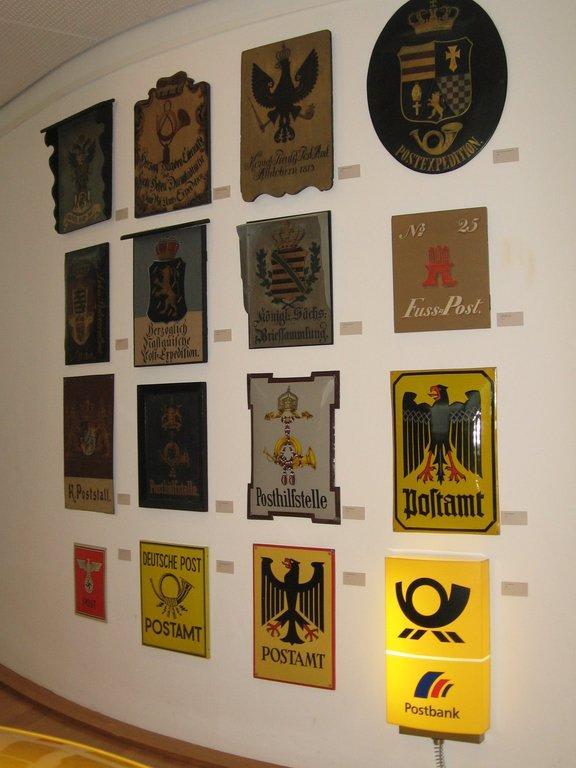 bild alte postschilder zu museum f r kommunikation in frankfurt am main. Black Bedroom Furniture Sets. Home Design Ideas