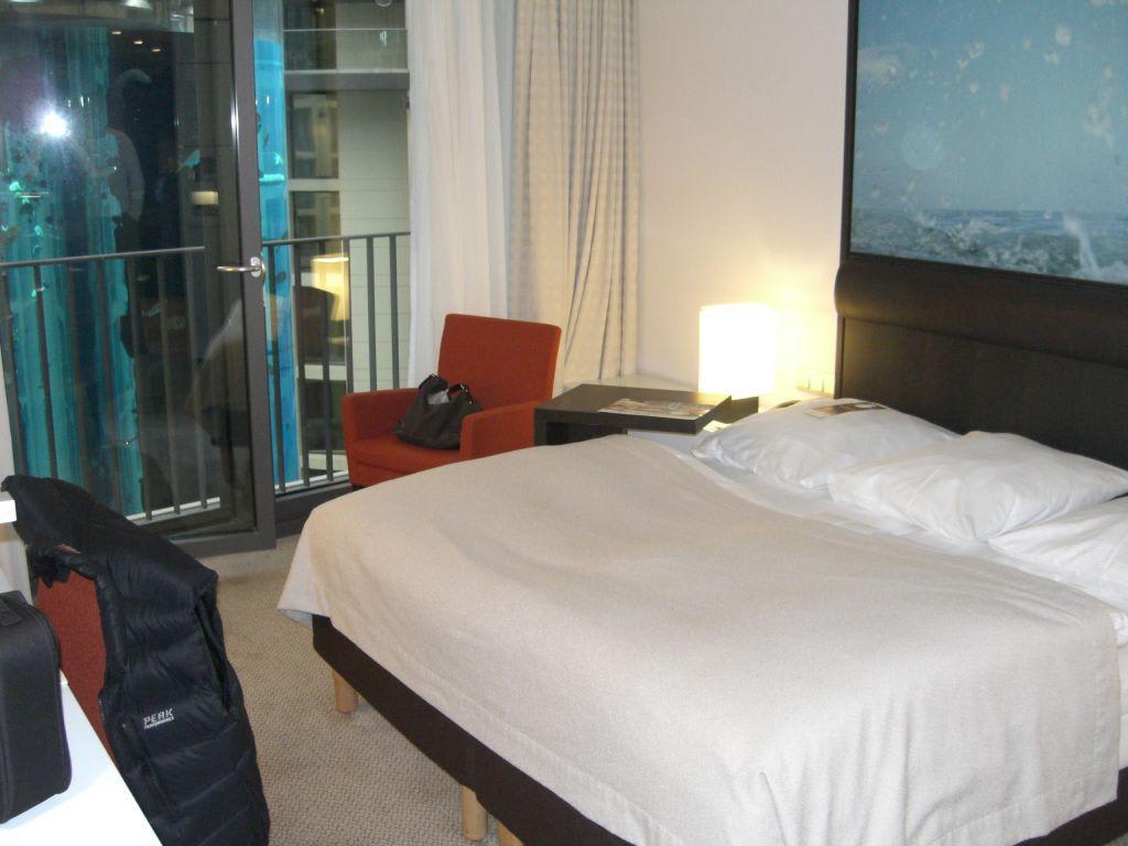 Bild zimmer mit blick auf das aquarium zu radisson blu hotel berlin in berlin mitte - Berliner zimmer ...