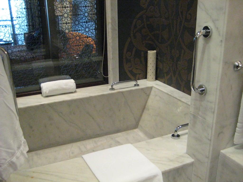 bild die doppelbadewanne zu hotel jumeirah zabeel saray. Black Bedroom Furniture Sets. Home Design Ideas