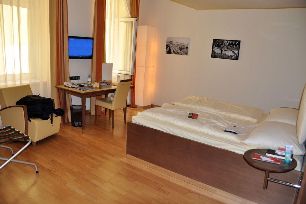 Bild hotelzimmer zu hotel rathaus wein design in wien for Hotelzimmer design