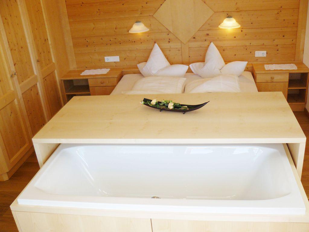 bild panorama badewanne im schlafzimmer mit ortlerblick zu aparthotel garni st jakob in mals. Black Bedroom Furniture Sets. Home Design Ideas