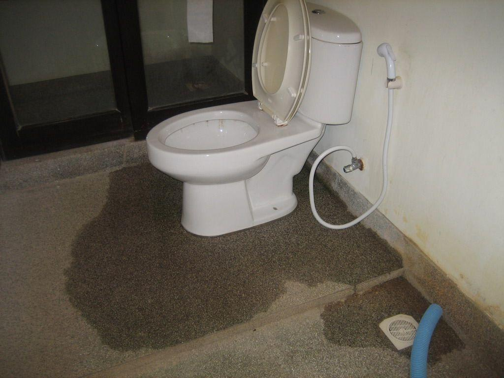 bild undichte toilette zu hotel southern lanta resort in. Black Bedroom Furniture Sets. Home Design Ideas