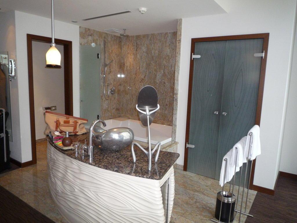 bild offenes badezimmer zu east hotel in hamburg. Black Bedroom Furniture Sets. Home Design Ideas