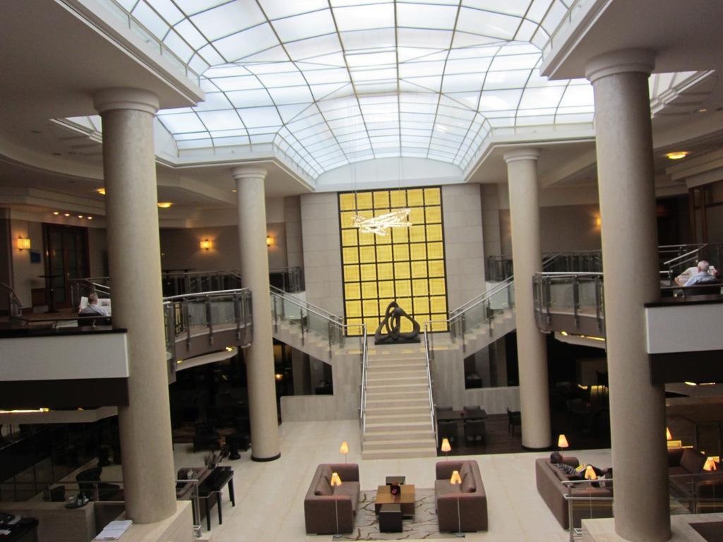 bild lobby zu hotel hilton berlin in berlin mitte. Black Bedroom Furniture Sets. Home Design Ideas