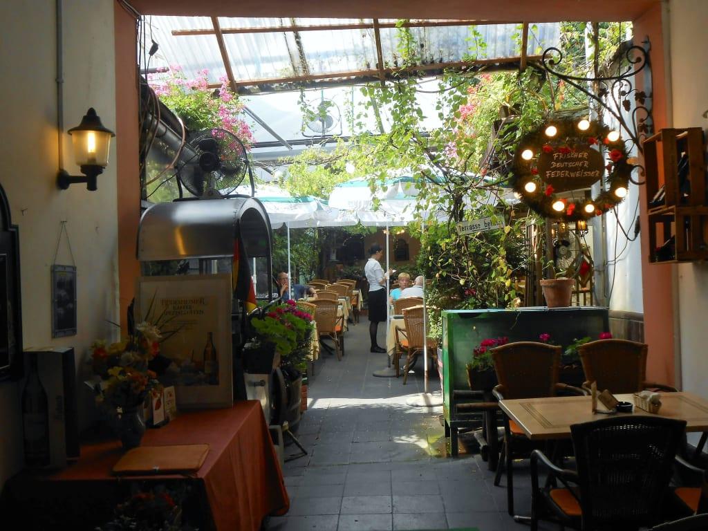 Bild Hinterhof Zu Restaurant Cafe Seilbahn In Rudesheim Am Rhein