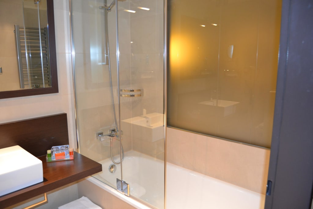 bild bad mit milchglasfenster ins zimmer zu nh collection dresden altmarkt in dresden. Black Bedroom Furniture Sets. Home Design Ideas