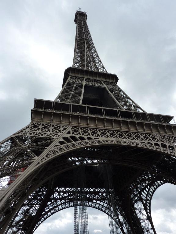 bild eiffelturm von unten zu eiffelturm in paris. Black Bedroom Furniture Sets. Home Design Ideas