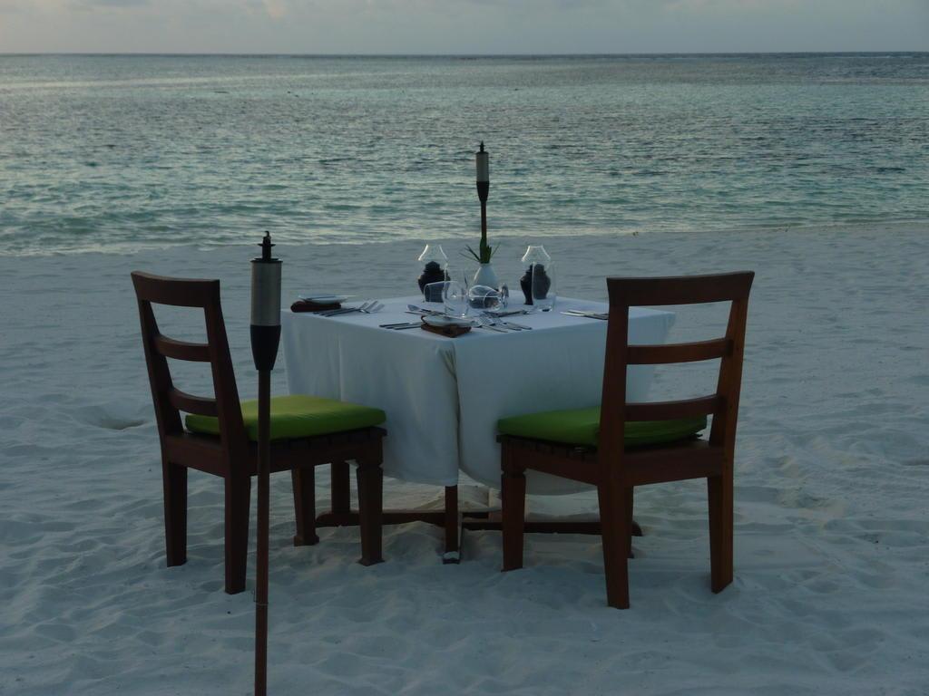 bild dinner zu zweit am strand zu hotel mirihi island resort in ari atoll. Black Bedroom Furniture Sets. Home Design Ideas