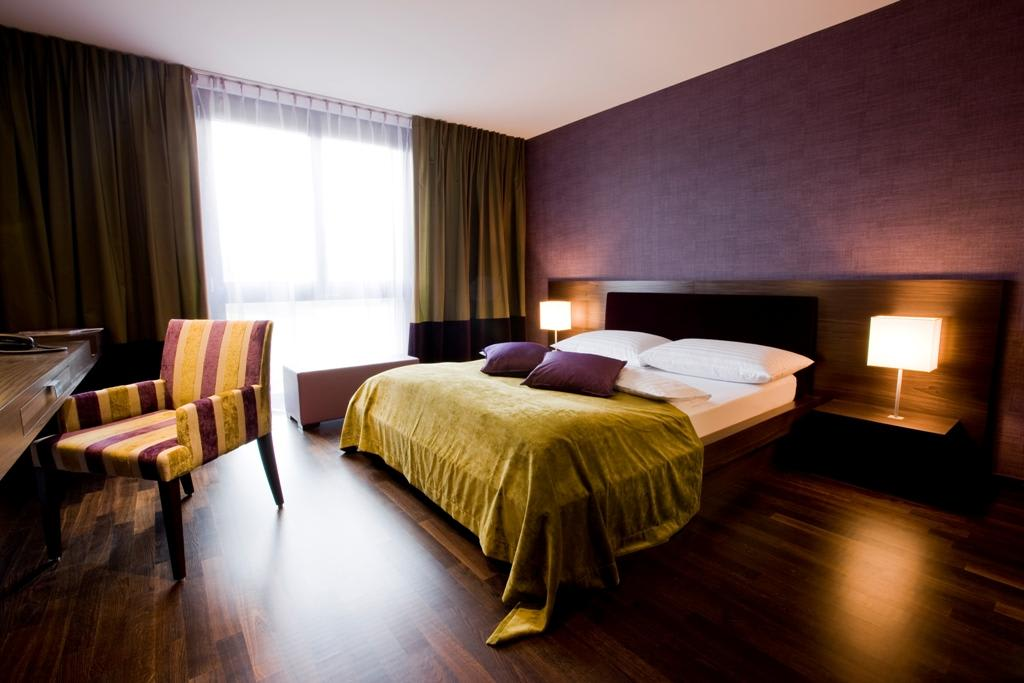 Bild hotelzimmer design viola zu hotel bad bubendorf in for Innenarchitektur verband