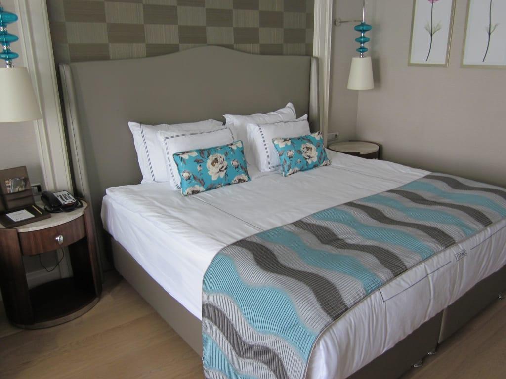 bild gro es hohes bett zu titanic deluxe belek hotel in. Black Bedroom Furniture Sets. Home Design Ideas