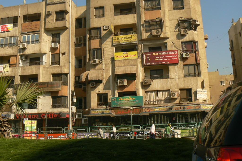 bild wohnst du noch oder lebst du schon zu kairo in kairo. Black Bedroom Furniture Sets. Home Design Ideas