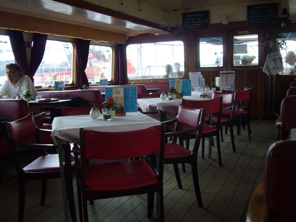 bild im restaurant zu museumshafen caf velg nne in hamburg altona. Black Bedroom Furniture Sets. Home Design Ideas