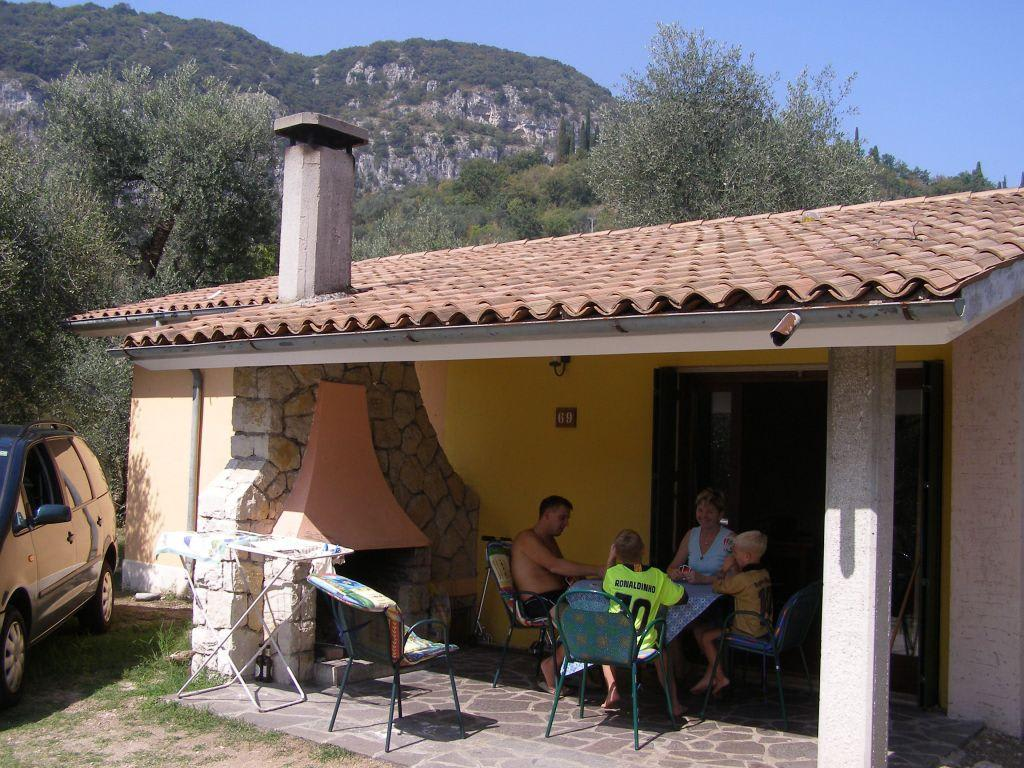 bild bungalow mit au enkamin zu residence parco del. Black Bedroom Furniture Sets. Home Design Ideas