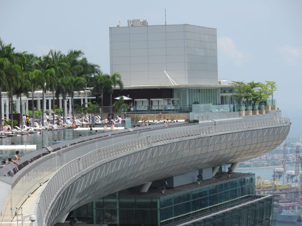bild pool vom bay sands hotel in singapore zu marina bay sands in singapur. Black Bedroom Furniture Sets. Home Design Ideas