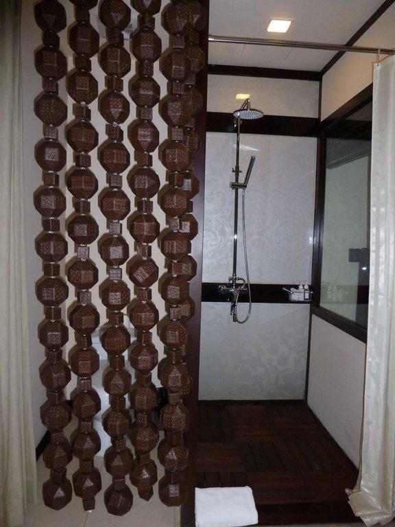 bild dusche wc mit vorhang ohne t r zu east hotel in yangon rangoon. Black Bedroom Furniture Sets. Home Design Ideas